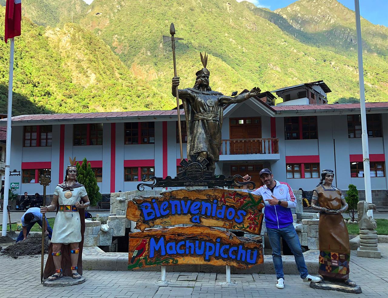 aguas calientes machu picchu pueblo perurail peru